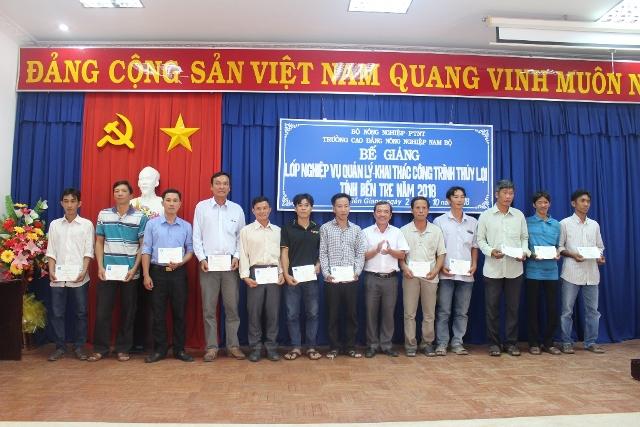 Ông Châu Thanh Xuân trao chứng chỉ đào tạo cho các học viên