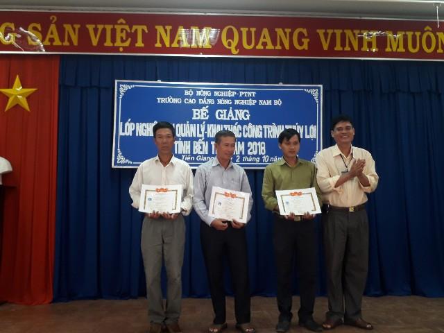 Ông Nguyễn Văn Cổn trao giấy khen cho các học viên xuất sắc
