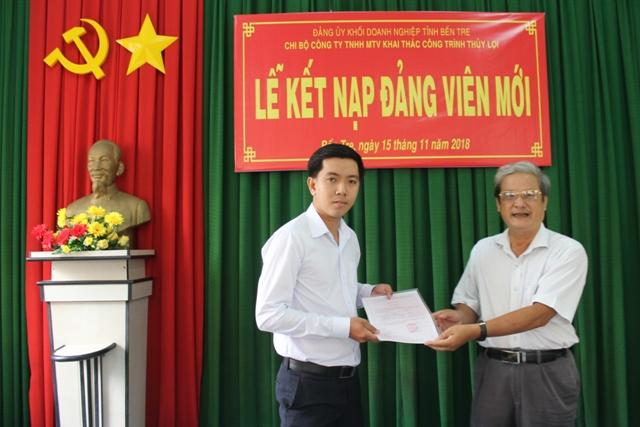 Đồng chí Nguyễn Văn Ngân trao quyết định kết nạp Đảng viên mới cho đồng chí Trần Trọng Ân