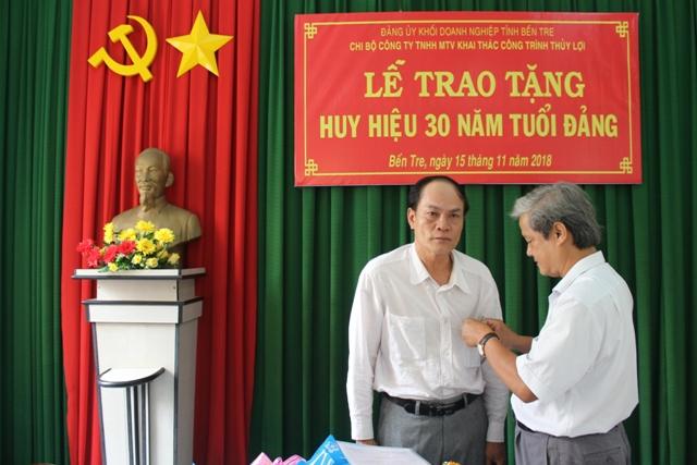 Đồng chí Nguyễn Văn Ngân trao tặng Quyết định, Giấy chứng nhận và Huy hiệu 30 năm tuổi Đảng cho đồng chí Nguyễn Văn Đức Lớn