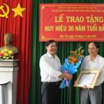 Đồng chí Hồ Ngọc Hậu đại diện Chi bộ tặng hoa cho đồng chí Nguyễn Văn Đức Lớn