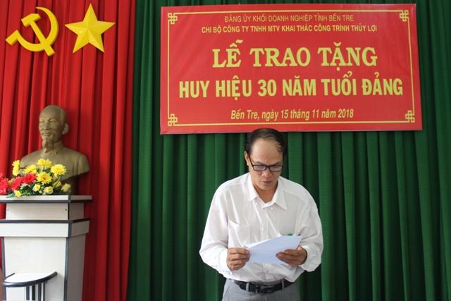 Đồng chí Nguyễn Văn Đức Lớn phat biểu cảm nghĩ khi nhận Huy hiệu 30 năm tuổi Đảng