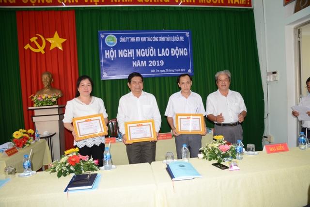 Ông Nguyễn Văn Ngân trao giấy khen cho các tập thể:Phòng Kế hoạch – TCHC; Chi nhánh Trạm số 3; Phòng Tài chính – Kế toán