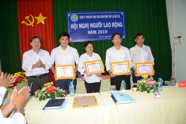 Ông Hồ Ngọc Hậu trao giấy khen cho các cá nhân:Võ Ngọc Thái; Đặng Thị Tuyết; Trịnh Văn Hòa; Nguyễn Quốc Phương