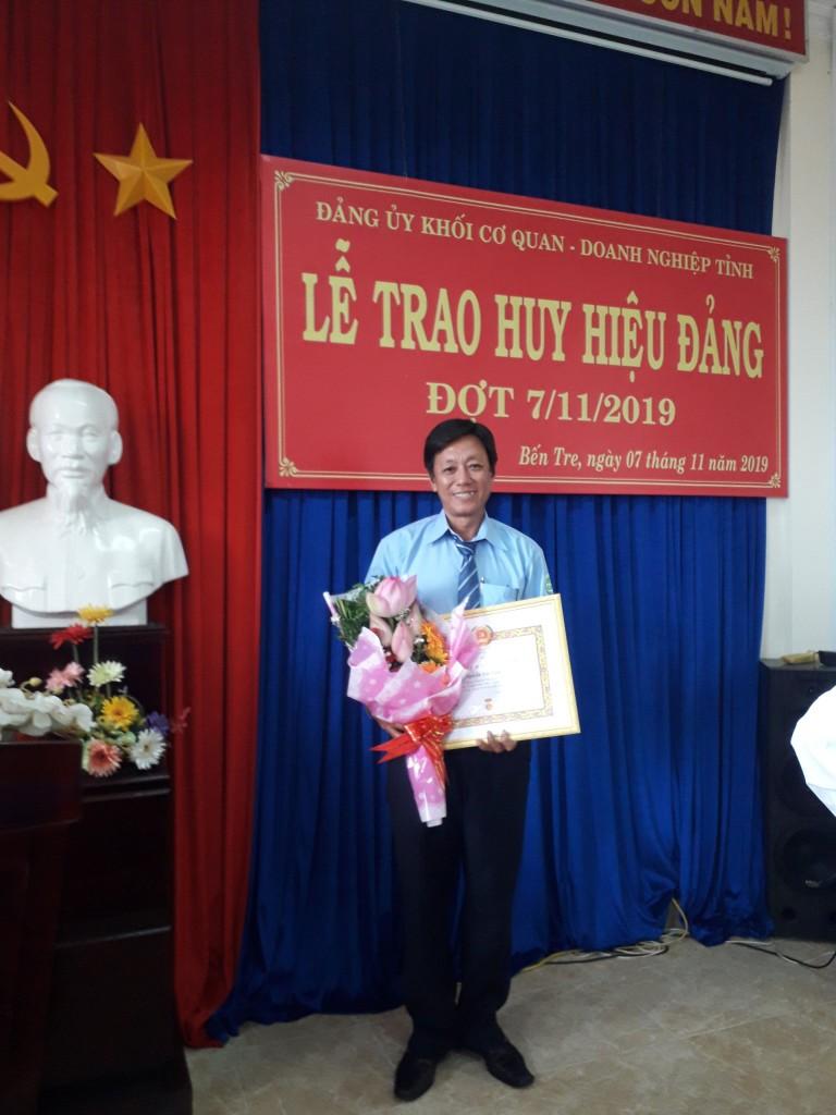 Đồng chí Nguyễn Tấn Luật nhận Huy hiệu 30 năm tuổi Đảng