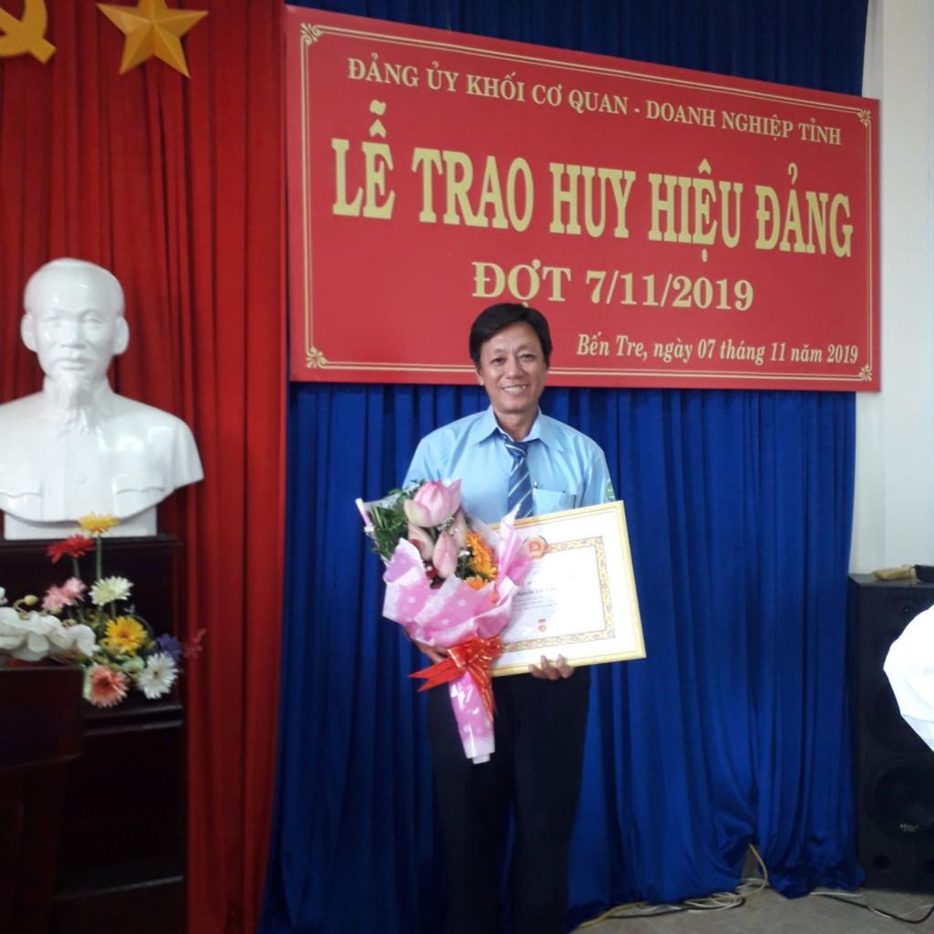 Đồng chí Nguyễn Tấn Luật nhận Huy hiệu 30 tuổi Đảng