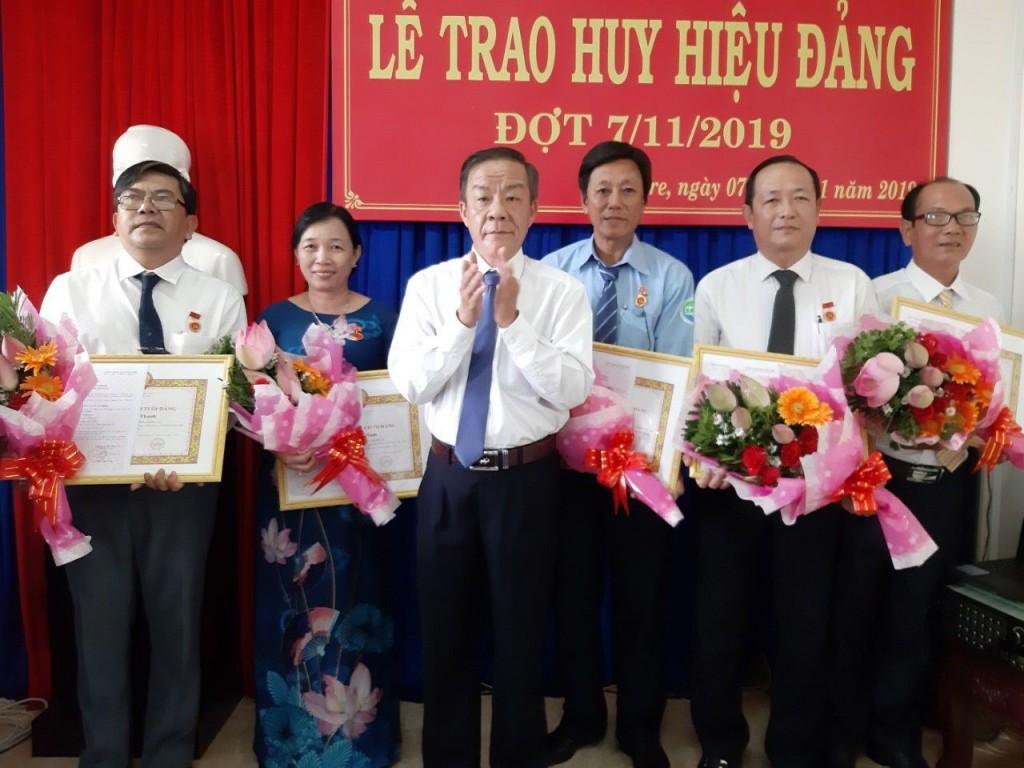 Đồng chí Võ Văn Kiệt – Tỉnh ủy viên, Bí thư Đảng ủy Khối trao Huy hiệu và tặng hoa chúc mừng các đồng chí đảng viên nhận Huy hiệu