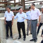 Chủ tịch UBND tỉnh Trần Ngọc Tam trao đổi với các đơn vị liên quan tại công trình cống Sông Mã trên địa bàn thành phố Bến Tre. (Ảnh: Trương Hùng)