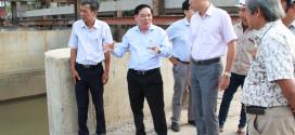 Chủ tịch UBND tỉnh Trần Ngọc Tam kiểm tra các công trình ngăn mặn trên địa bàn tỉnh