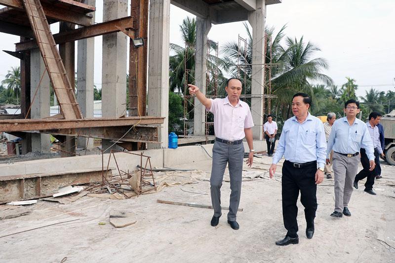 Chủ tịch UBND tỉnh Trần Ngọc Tam (giữa) khảo sát cống Sông Mã (TP. Bến Tre). Ảnh: Thạch Thảo